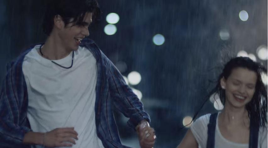 Modello e modella Stoili Oro pubblicità con coppia sul letto e sotto la pioggia con foto spot