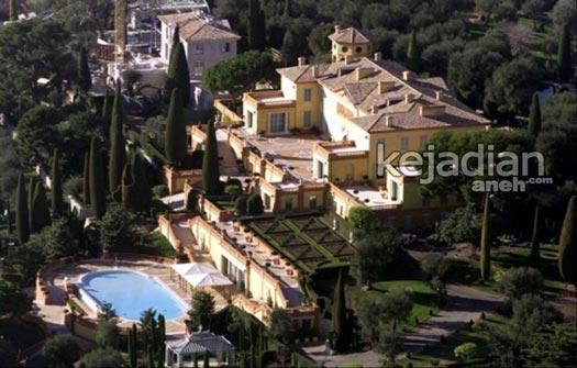 awalnya villa leopolda seluas 20 hektar ini adalah salah satu aset kekayaan raja leopold ii namun telah dijual dan dibeli oleh lily safra pada tahun 2008