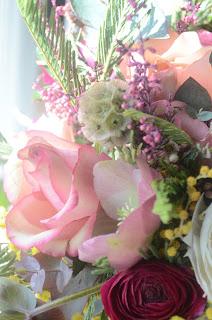 Roses, renoncules, mimosas, eucalyptus, wax...