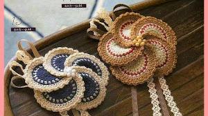 Bello aplique floral al crochet