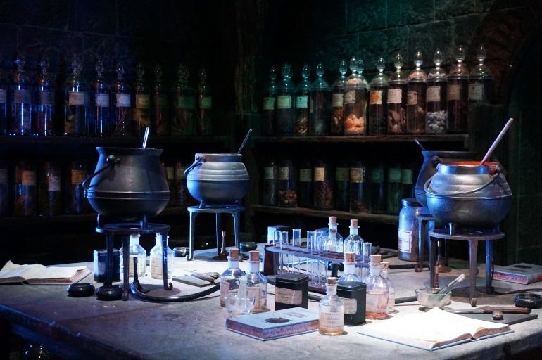 Adventius Warner-bros-studio-harry-potter-poudlard-salle-cours-potions-chaudron