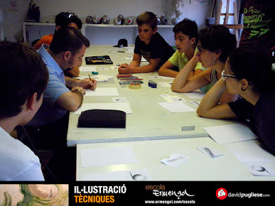 El dibujante David Pugliese dando clases en la Escola Ermengol en Lleida.