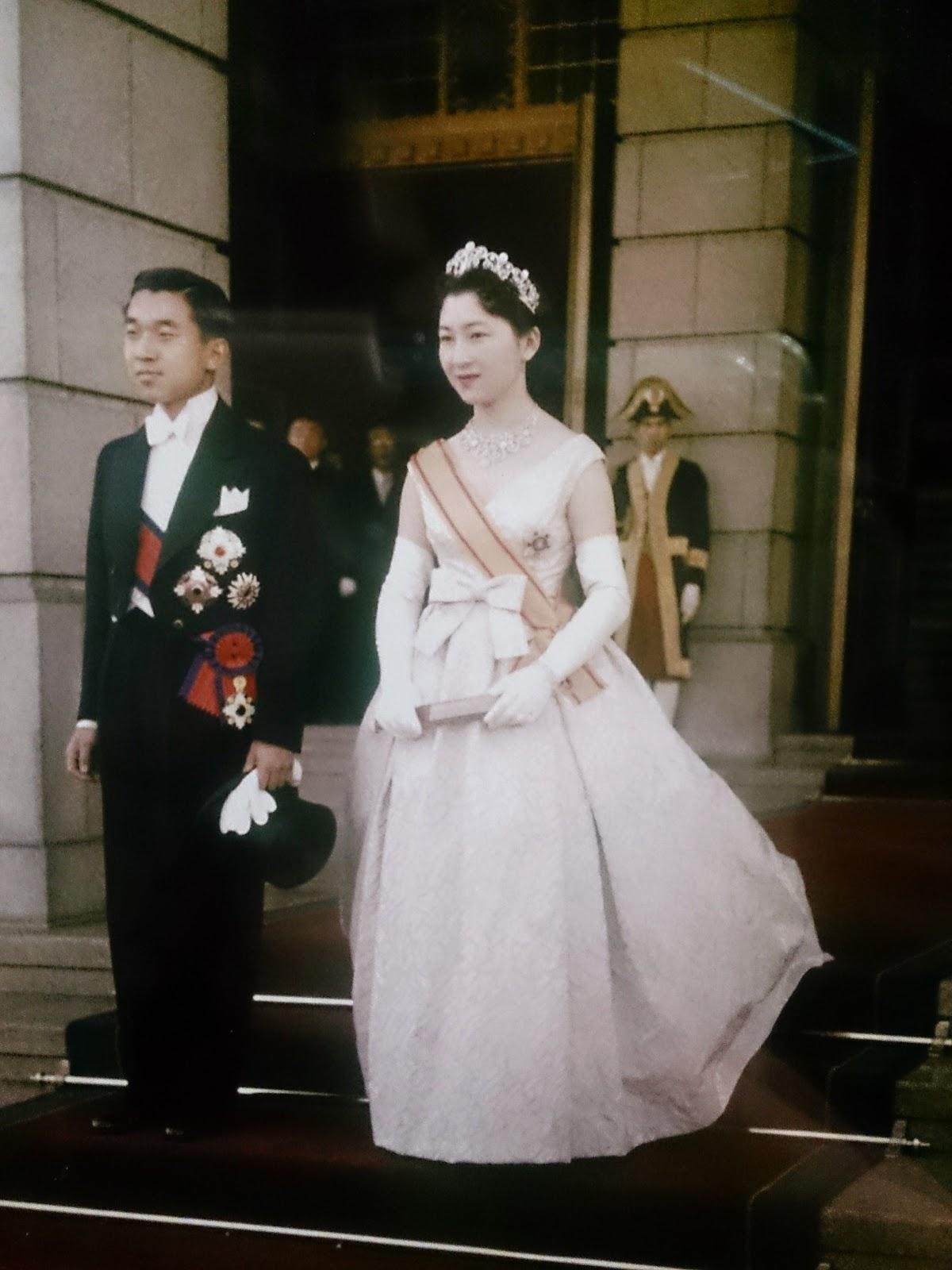 c076ff8b64fa9 1959年、美智子妃殿下がご成婚の際にお召しになったドレスは、 なんとクリスチャン・ディオールのものだったということを。