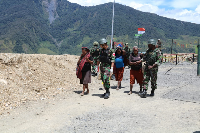 Satgas Pamrahwan Yonif MR 412 Kostrad Berhasil Evakuasi Ibu Hamil Ingin Melahirkan di Puncak Jaya