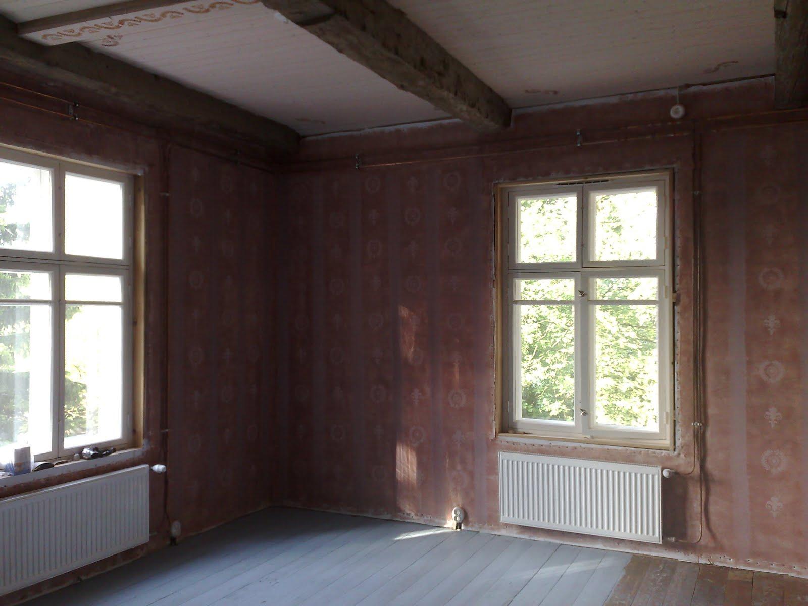 Kaseiinimaalilla vastamaalattua olohuoneen seinää kauempaa