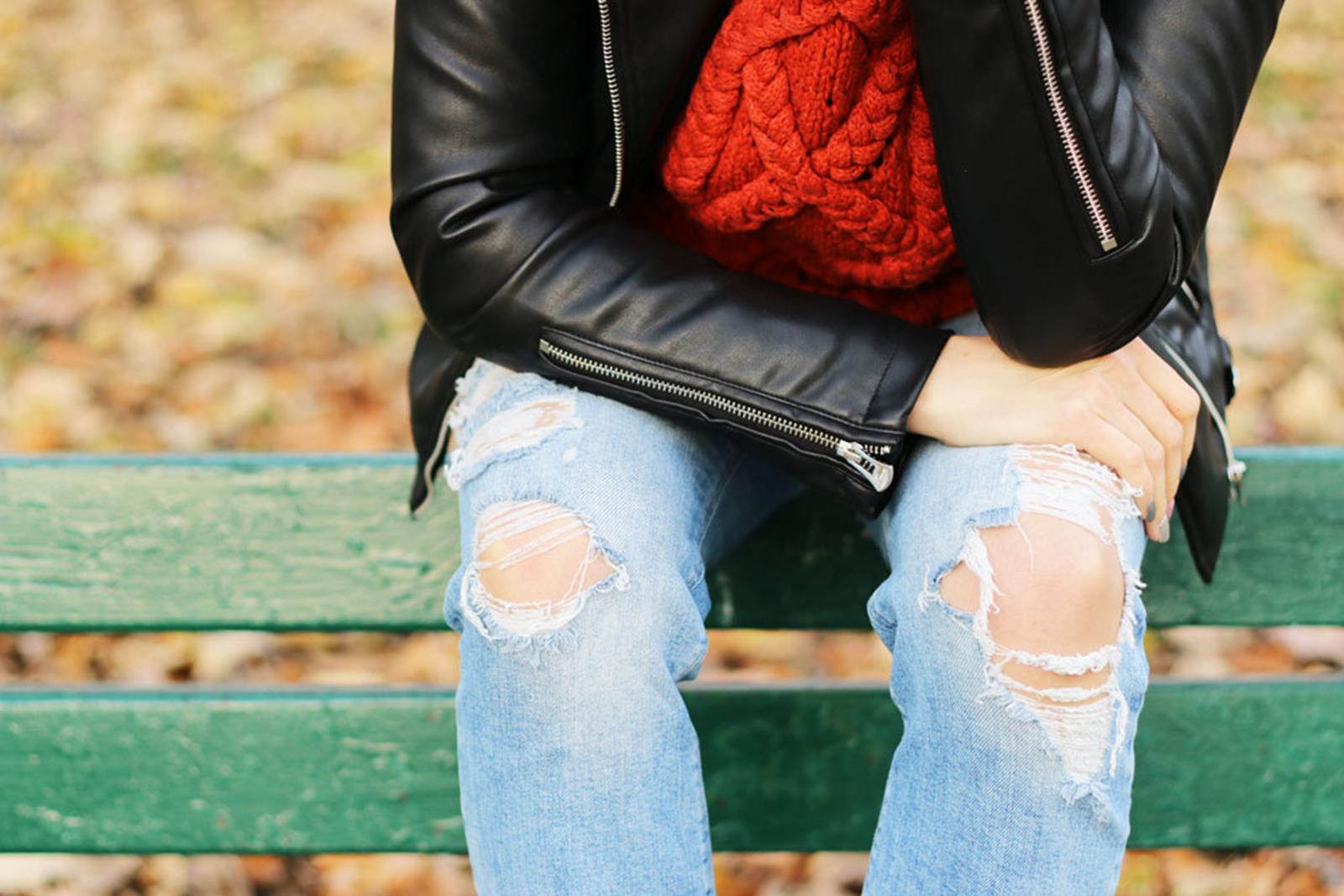 jesienna stylizacja ze swetrem, spodnie z dziurami
