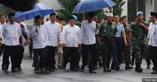 SALUT! Kumpulan Foto Presiden Hadiri Aksi 212 Saat Hujan Deras, Payung Biru Jokowi Jadi Viral Medsos