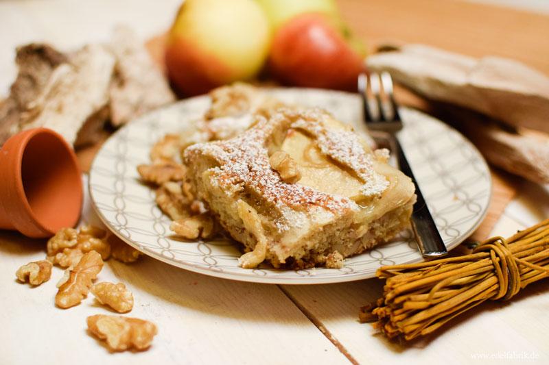 Apfelkuchen vom Blech mit Walnüssen und Puderzucker