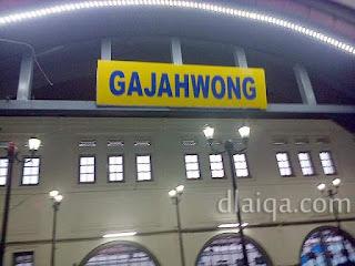 pintu masuk penumpang kereta api Gajah Wong