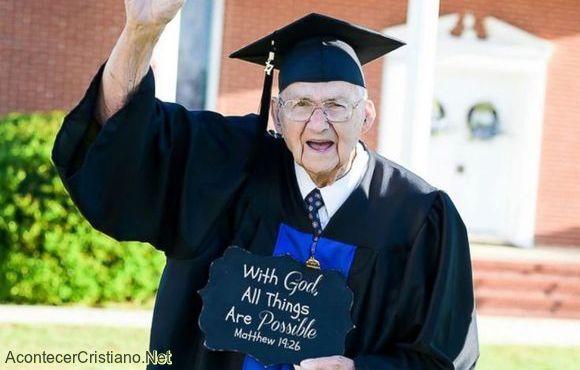 Graduación de anciano en universidad agradeciendo a Dios