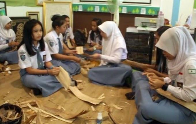 Siswi Sekolah Ini Sulap Sampah Jadi Kerajinan Cantik