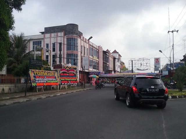 Papan Bunga untuk Ahok - Djarot di Jalan Gereja kota Pematangsiantar, Senin (1/5/2017). - Foto: Tagor Leo / Lintaspublik.com