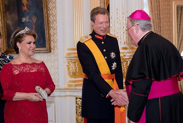 At the National Day gala, Maria Teresa wore the Belgian Scroll Tiara, Prenses Stephanie wore her butterfly tiara, diamond earring
