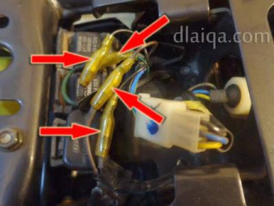 lepaskan 4 konektor dari kabel lampu sein