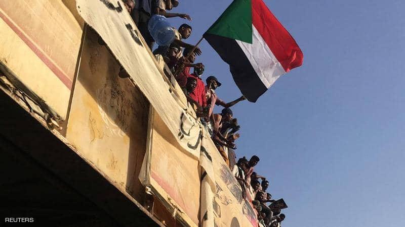 """قتلى أمام وزارة الدفاع السودانية.. وإشادة بـ""""مظلة الجيش"""""""