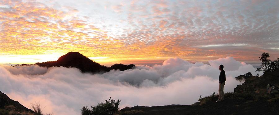 Matahari terbenam dari Plawangan Sembalun 2639 meters
