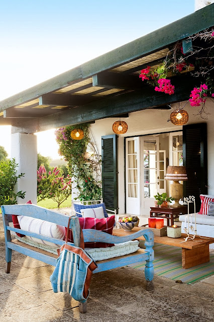 terasa cu piese de mobilier de exterior colorate