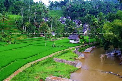 Kampung Naga yang berada di lembah Sungai Ciwulan