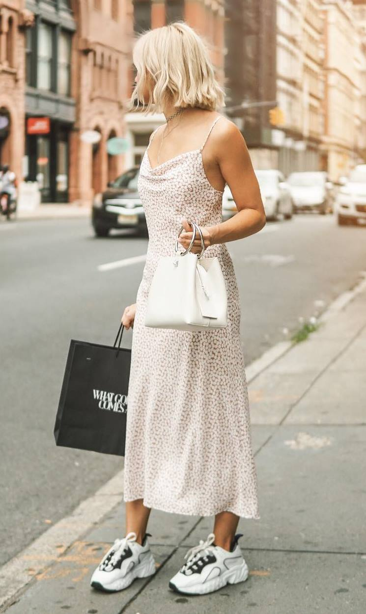 street style addict / printed maxi dress + white sneakers + bag