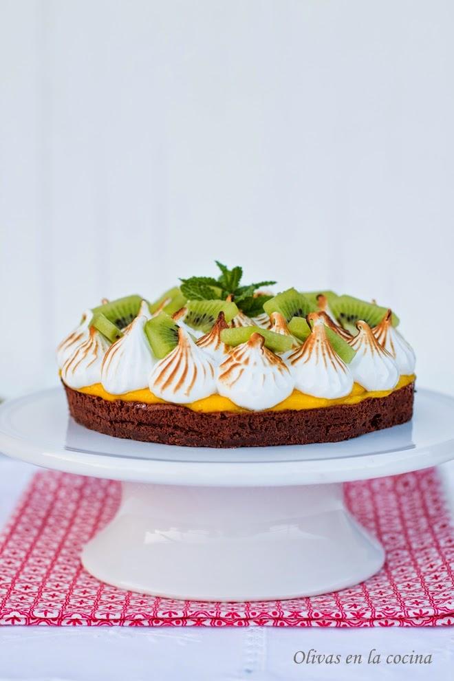 Tarta de chocolate con crema de fruta de la pasión y merengue