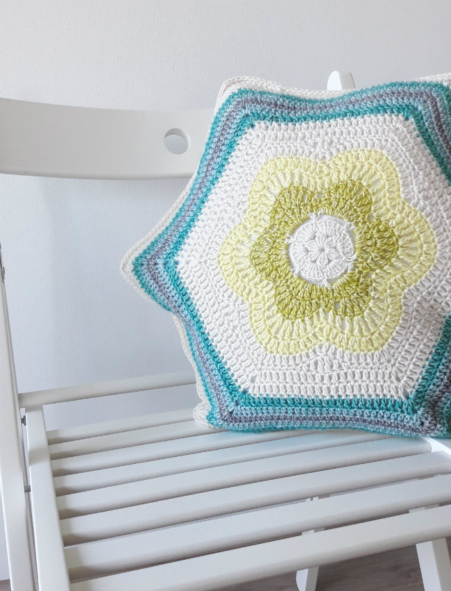 Crochet pillow: Bursting Bloom Pillow | Happy in Red