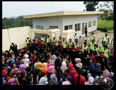 FOTO 2 : Buruh PT. SEOK HWA INDONESIA mogok kerja karena perusahaan tak mampu membayar THR