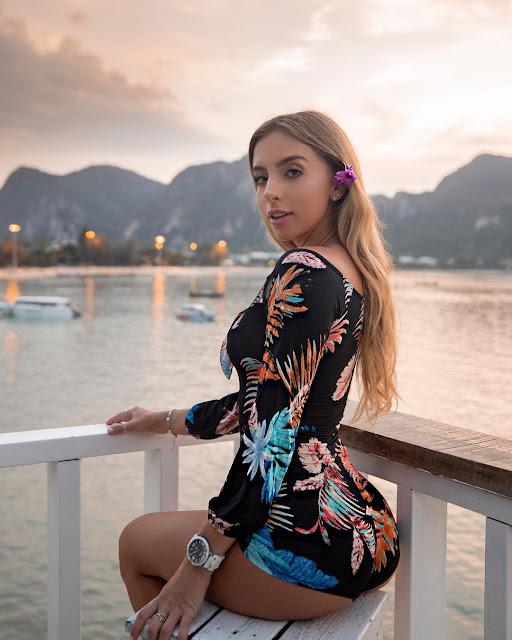 Bruna Lima cleavage