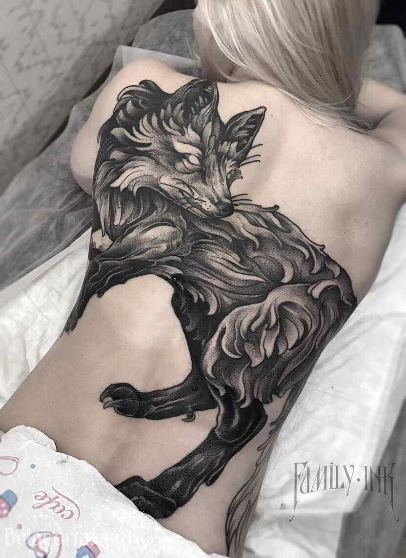 Foto de una chica con tatuaje de zorro en la espalda