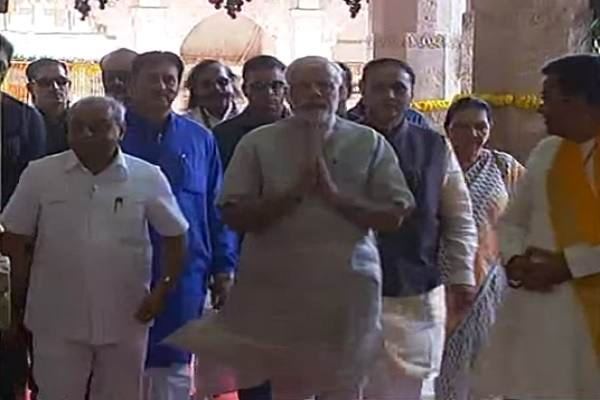 modi-greeted-people-in-dwarkadheesh-temple