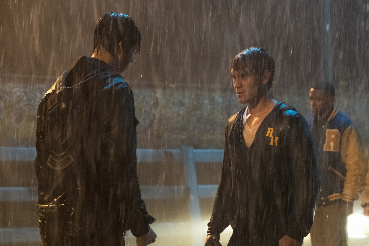 K.J. Apa y Jordan Connor en Riverdale de CW