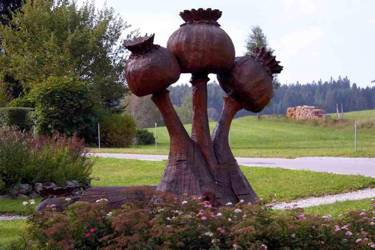 Mohnkapseln aus Holz im Mohngarten von Armschlag, Mohndorf im Waldviertel