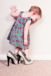 Foto Gambar Bayi Pakai Sepatu High Heels Kebesaran 14