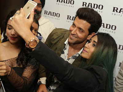 hrithik-roshan-with-fans