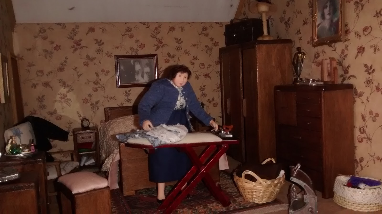 My Miniature World: The Main Bed Room in Tudor Manor