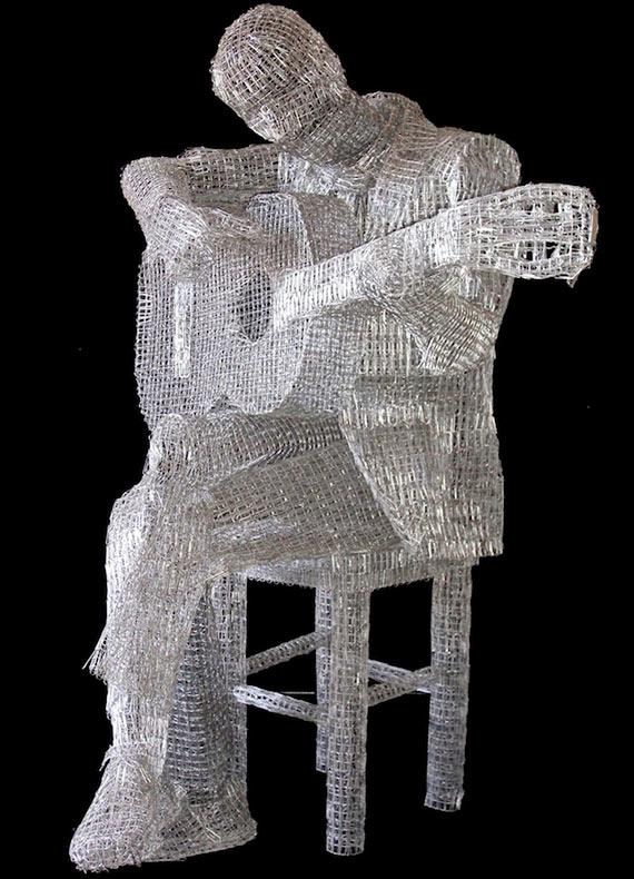 Artista une decenas de clips para formar esculturas