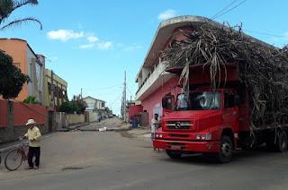 http://vnoticia.com.br/noticia/3030-caminhao-com-excesso-de-cana-arrasta-cabos-e-destroi-poste-no-centro-de-sfi
