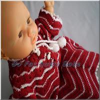 Foto mostrando um bebê vestido com um casaquinho de lâ feito em crochê que necessita de cuidados especiais para manutenção