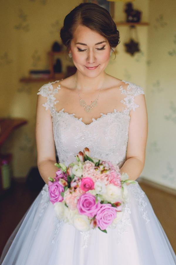 Panna Młoda w koronkowej biżuterii ślubnej