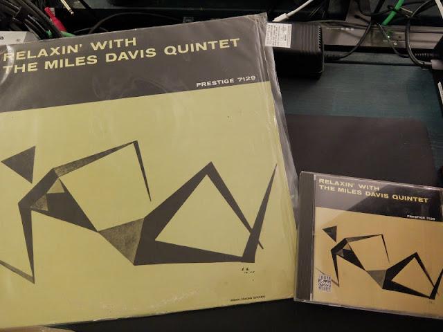 Relaxin' / Miles Davis のアナログレコードとCDのサイズの違いを比べた写真です。音質の違いについても書いております。