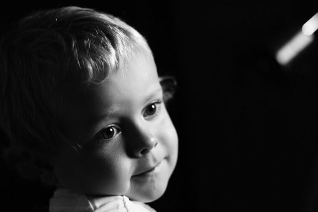 Ritratto in bianco e nero di un bambino. Canon EOS 7D con EF 50 mm F/1.8 II