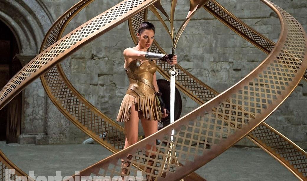 Mulher Maravilha empunha sua espada em imagem inédita