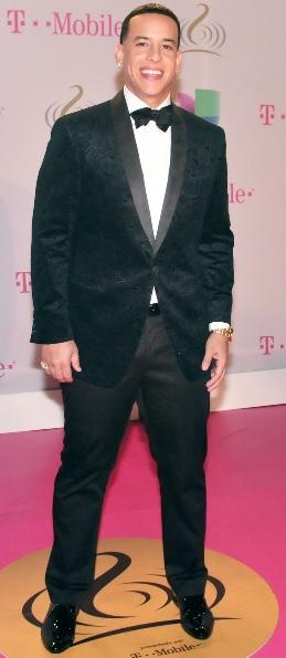 Foto de Daddy Yankee parado con terno