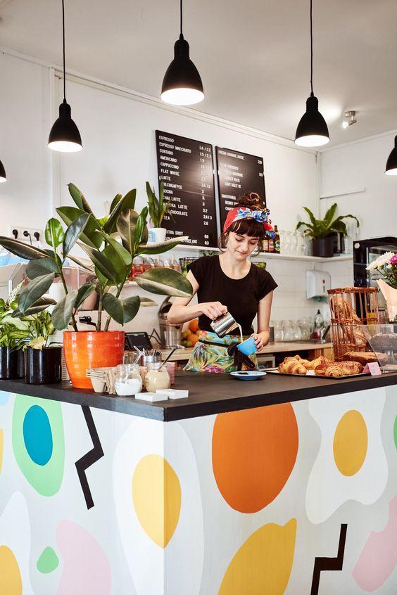 Inspirações para uma loja de comida com balcões rústicos e luminárias lindas, na Cozinha do Quintal.