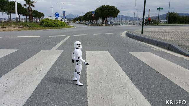 figura de stormtrooper de star wars cruzando un paso de cebra