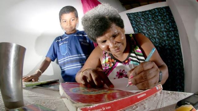 Filho de 11 anos ensina mãe catadora de lixo a ler e escrever
