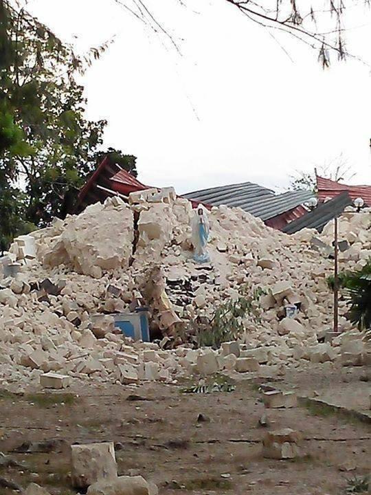 Tượng Mẹ Maria vẫn đứng lên trên đống đổ nát của ngôi nhà. Amen