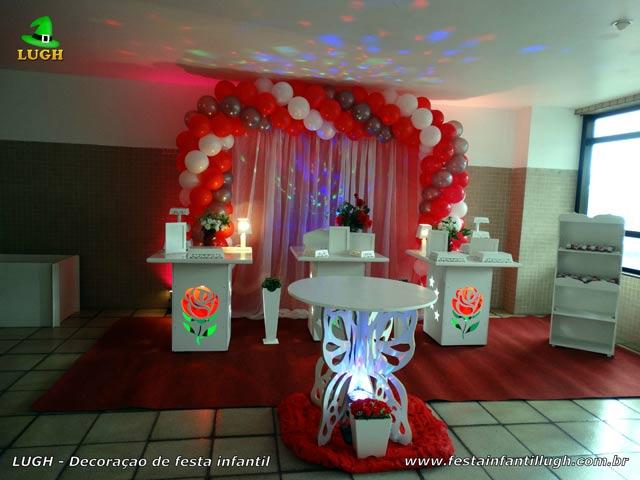 Decoração provençal com rosas vermelhas iluminadas para aniversário feminino