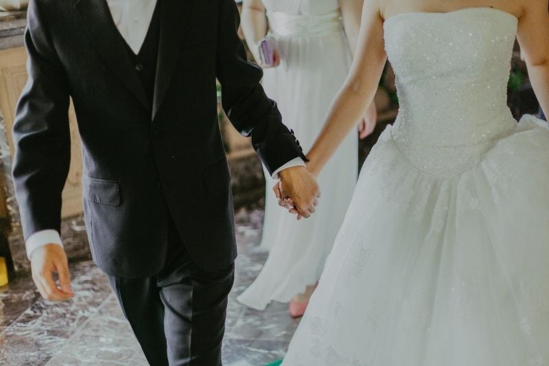 لماذا تقف العروس على يسار العريس دائماً في حفلات الزفاف ؟
