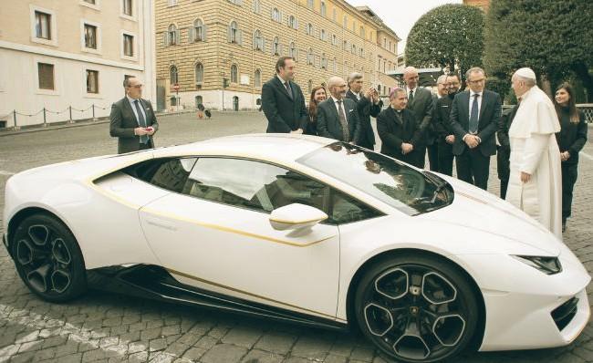 Papa Francesco mette all'asta una Lamborghini Huracan per beneficenza