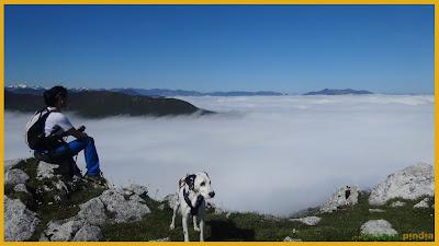 En la cima del Pico Caldoveiro con un mar de nubes